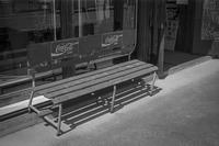 コークの長椅子の上で物思いにふける透明人間 - Silver Oblivion