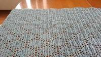 単色で編んでいます♪ - 空色テーブル  編み物レッスン