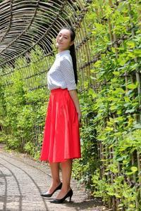踊るように歩くモデルさんは鮮やかなオレンジ色(向島百花園) - 旅プラスの日記