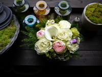お礼用のアレンジメント。「白ベースに、淡い色のバラを使って」。南4条にお届け。2020/06/13。 - 札幌 花屋 meLL flowers