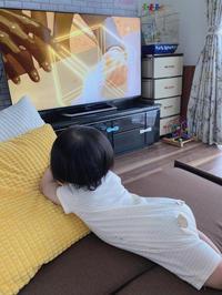 ソファーを登る赤ちゃん - JunMama's Blog