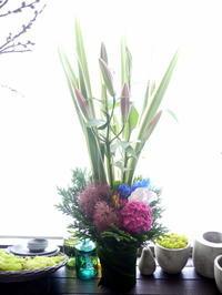お祖父様の七回忌にアレンジメント。「縦長、カラフル」。平岡8条にお届け。2020/06/19。 - 札幌 花屋 meLL flowers