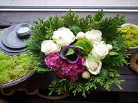 お誕生日のアレンジメント。「白~グリーン+赤かピンク」。2020/06/22。 - 札幌 花屋 meLL flowers