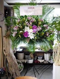 抹茶×日本酒のお店のオープンにスタンド花。南4西6にお届け。2020/06/25。 - 札幌 花屋 meLL flowers