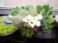 四十九日のアレンジメント。「白~グリーン+色。お花好きだった方へ」。南区石山にお届け。2020/06/27。 - 札幌 花屋 meLL flowers