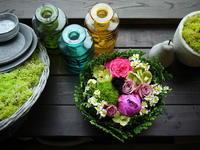 お誕生日のタルト型アレンジメント。「アンティークな雰囲気で。ビビットなピンク色を入れて」。南15条にお届け。2020/06/29。 - 札幌 花屋 meLL flowers