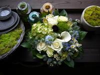 お誕生日のアレンジメント。「シック&爽やか。白ベースに、水色等。」美しが丘2条にお届け。2020/06/30。 - 札幌 花屋 meLL flowers