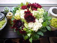 お誕生日のアレンジメント。「赤や白や緑のはっきりしたお花で。高さは低め」。西28にお届け。2020/07/04。 - 札幌 花屋 meLL flowers