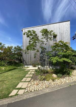 Q1住宅L3モデル能代:赤ナマハゲ秋田杉ウッドロングエコ塗りファサードラタン貼り - 家づくり西方設計