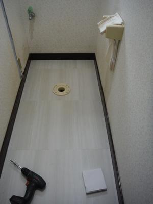 洗面所とトイレの床 ~ トイレの床工事終了 。 - 市原市リフォーム店の社長日記・・・日日是好日