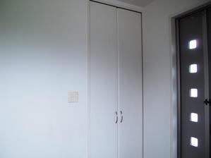 *収納*玄関収納 キックボードやホッピング、空気入れなど長いモノの置き場所確保 - 白×グレーの四角いおうちby暮らしEDIT