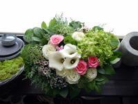 お誕生日と、もうすぐご出産のお祝いアレンジメント。「白~グリーンベースに少し色」。水車町6にお届け。2020/07/07。 - 札幌 花屋 meLL flowers