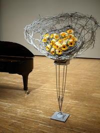 ちえりあホールでのピアノの発表会に、花束持ち帰りタイプスタンド花。3種。2020/07/11。 - 札幌 花屋 meLL flowers