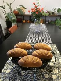 『トマト風味のコーンパン』と『黒胡麻ベーコンエピ』 - カフェ気分なパン教室  *・゜゚・*ローズのマリ