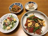 挽肉とトマトの卵炒めと、鮭南蛮漬けと、コリンキーサラダと、冷奴、それにお味噌汁 - かやうにさふらふ