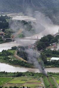 梅雨の終わり頃の阿賀野川の上を黒煙が流れる- 2020年・磐越西線 - - ねこの撮った汽車