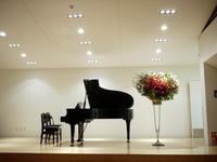 ピアノの発表会ステージ上のスタンド花。「赤系」。ル・ケレス南円山ミュージアムホールにお届け。2020/07/23。 - 札幌 花屋 meLL flowers