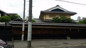 桃谷・彌栄神社門前の町並み -