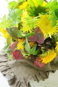 二種の八重咲き向日葵と紅葉万作のブーケ - お花に囲まれて