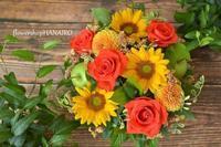 バラ「パサディナ」とひまわり「ビンセントクリアオレンジ」のフラワーアレンジメント。 - 花色~あなたの好きなお花屋さんになりたい~