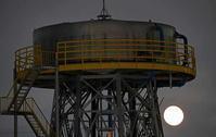 昭和飛行機の給水塔と満月 - 萩原義弘のすかぶら写真日記