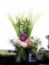 ご葬儀にアレンジメント。「白~グリーンメイン、少し色入れて」。新琴似2条にお届け。2020/08/05。 - 札幌 花屋 meLL flowers