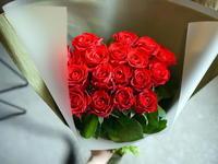 高校吹奏楽部のコンサートに出演される方への花束。「赤薔薇18本で」。札幌文化芸術劇場hitaruにお届け。2020/08/09。 - 札幌 花屋 meLL flowers