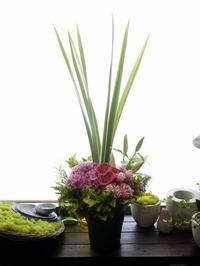 お盆にアレンジメント。おまかせ。2020/08/14。 - 札幌 花屋 meLL flowers