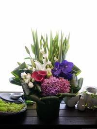 四十九日と初盆にアレンジメント。「涼しげ、珍しい花あれば使って」。夕張市清水沢に発送。2020/08/15着。 - 札幌 花屋 meLL flowers