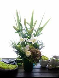 初盆にアレンジメント。「白~グリーンに少し色を入れて」。旭ヶ丘1にお届け。2020/08/15。 - 札幌 花屋 meLL flowers