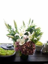 初盆にアレンジメント。「白~グリーン系。紫陽花入れて」。2020/08/15。 - 札幌 花屋 meLL flowers