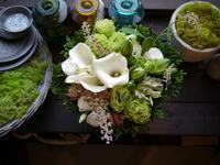 お盆のアレンジメント。「白ベースで」。南4条にお届け。2020/08/16。 - 札幌 花屋 meLL flowers