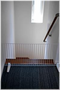 愛犬の階段落下防止にペットフェンス - Less is more