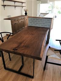 アサメラ一枚板天板テーブル - SOLiD「無垢材セレクトカタログ」/ 材木店・製材所 新発田屋(シバタヤ)