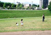 水鉄砲で遊ぶ母子と滑り台のボケ写真 - 照片画廊