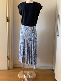 柄スカートと紺トップスのコーディネート - Wayakoのつぶやき