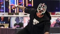 レイ・ミステリオが頭部の怪我を公開する - WWE Live Headlines