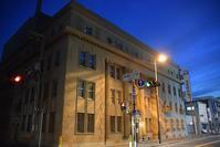 池田泉州銀行池田営業部 - ブルーアワーの街の情景