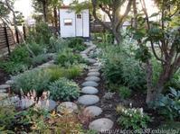 宿根草の植栽スペースとガーデンシェッドこの一年の振り返り - シンプルで心地いい暮らし