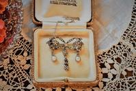 ダイヤモンド、パールのリボンブローチ - AntiqueJewellery GoodWill
