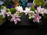 納骨の墓前にアレンジメント。「一対。色入れて」。平岸4条にお届け。2020/09/13。 - 札幌 花屋 meLL flowers