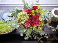 ご結婚のお祝いにアレンジメント。「赤系」。発寒5条にお届け。2020/09/13。 - 札幌 花屋 meLL flowers