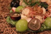 蛸と葡萄の一皿 - ミセス サファイア 静けさの中で