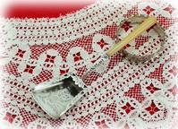フードにピアスのあるキャディースプーン - 銀器とナイフに魅せられて