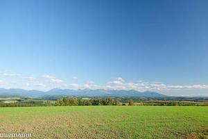 就実の丘と十勝岳連峰~8月の就実 -