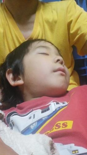父の胸で寝る -