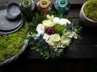 亡くなったワンちゃんにアレンジメント。「白~グリーン系メイン」。川沿6条にお届け。2020/09/14。 - 札幌 花屋 meLL flowers
