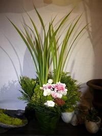 初七日にアレンジメント。白石区川下1条にお届け。2020/09/19。 - 札幌 花屋 meLL flowers