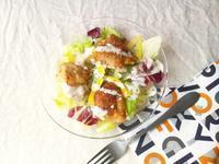 アウトドア料理にも良い、唐揚げとカットサラダで、フライドチキン・サラダ - Minha Praia