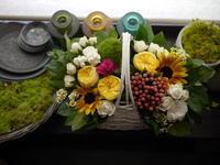 敬老の日にアレンジメント。「白の手付きカゴ使用。明るく楽しい感じ」。青葉町にお届け。2020/09/21。 - 札幌 花屋 meLL flowers